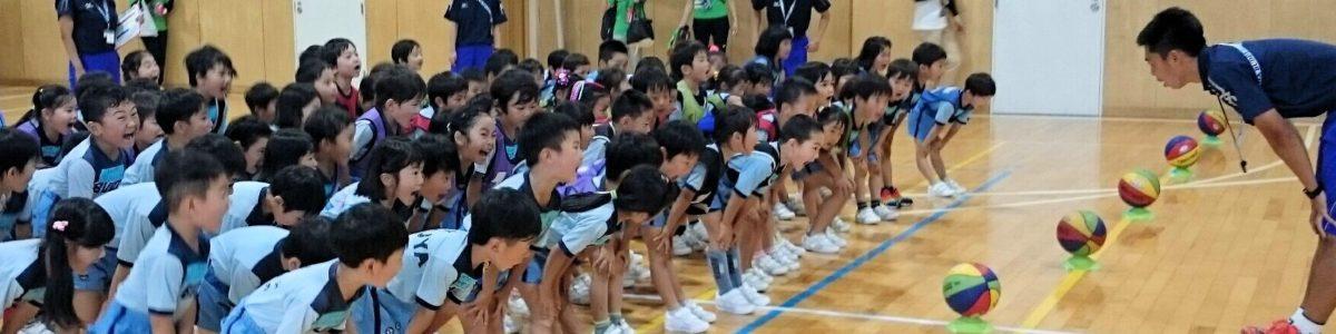 体育館で運動する前に、大事な準備運動、イチ・ニ・サン